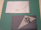 Invitación en papel iriscente junto con sobre plata a juego