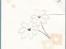 Invitación cuadreada con flores en relieve con sobre crema a juego